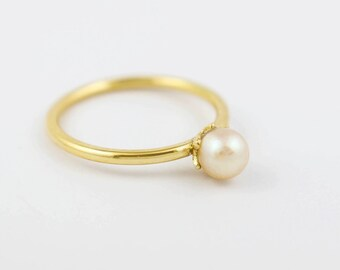 Modern Pearl and gold 18-carat Solitaire
