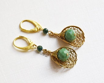 Short earrings with a golden beauty filigree and green agate