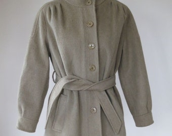Fabulous vintage 1960s union made, fully lined, women's camel style coat. Size Small / Medium.