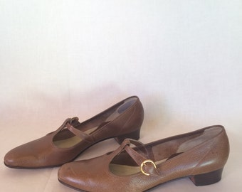 Vintage Brown T Strap Heels // 60s Amalfi by Rangoni Low Heel // Size 7 AAAA Narrow Shoes