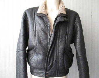 Giubbotto nero anni 80/Shirling/Due tasche.Tg 46/Fantastic 80s black leather shirling/Mandarin collar/Two pockets/Made in Italy/Size S-M