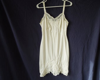 SALE 50s/60s White Lace Detail Scalloped Slip