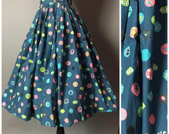 Vintage 50s skirt / 1950s skirt / novelty print skirt / pleated skirt / cotton skirt / M5241