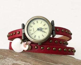 Bracelet montre femme rouge clouté, montre de poignet rouge,nacre et coquillage de Tahiti