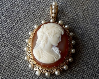 This is a stunning fine quality very rare antique large heavy 18ct gold (tested) and pearl hard stone cameo pendent