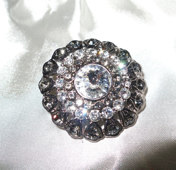 Lovely vintage 1960s silvertone clear and gray rhinestone brooch