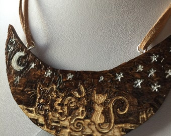Technical pirografica and engraved wood necklace