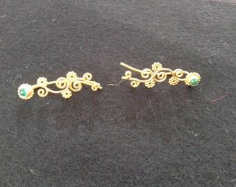 Climbing earrings in bronze with green Onyx