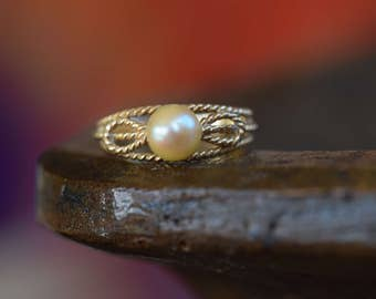 14 Karat Yellow Gold Rope Design and Pearl Vintage Ring, US Size 5.5, Used Vintage Jewelry