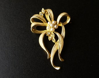 Vintage Brooch. Gold tone, enamelled ribbons with a central cluster of 'pearls'.  JS220