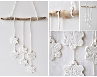 Lace flowers driftwood wall hanging - white clay flowers, bohemian wall deco, beach vibe decor, driftwood flowers, wall decor lace wood
