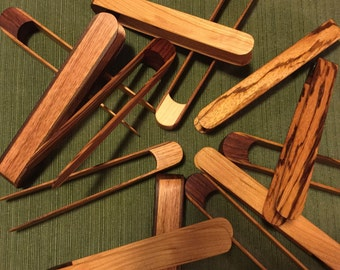 Wooden toaster tongs with rare-earth magnet