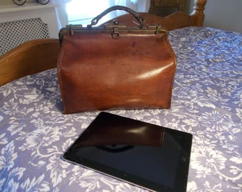 Superb Vintage Leather Gladstone bag, thick leather such quality , suede interior, very sturdy beautiful, steam punk, sturdy handle case.