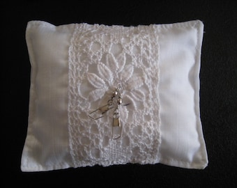 Extraordinary white ring pillow, ring carrier pillow white for wedding, wedding pillow for fishing friends, hand-crochet lace, ca. 13x11cm
