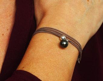 Bracelet collier avec une perle de Tahiti et argent sur cordon taupe Clochette