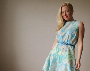 25% OFF SALE 1960s Crepe Floral Dress~Size Medium to Large