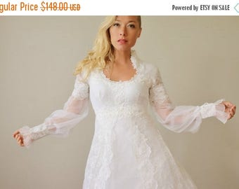 SPRING SALE 1970s Scallop Leaf Wedding Dress >>> Extra Small to Small