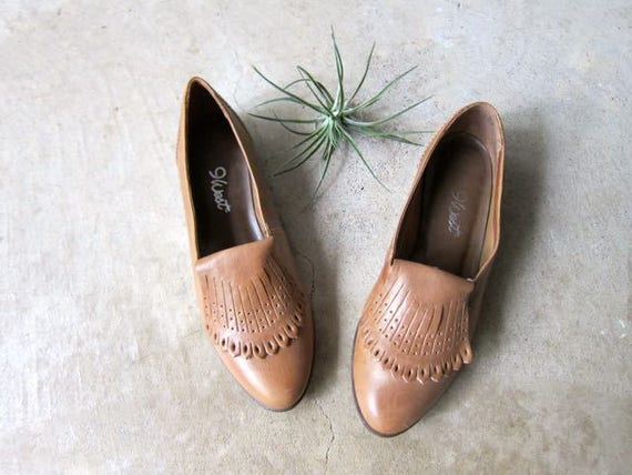 vintage brown leather flats modern 9 West 80s slip ons leather sandals fringed leather loafers minimal leather flats 90s western sandals 5.5