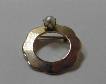 Gold Tone Circle Pearl Pin / Brooch