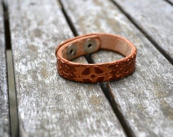 Leather steampunk gears stamped bracelet - Hnadmade