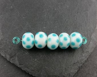 Set 5 turquoise and white polka dot beads | Handmade lampwork glass