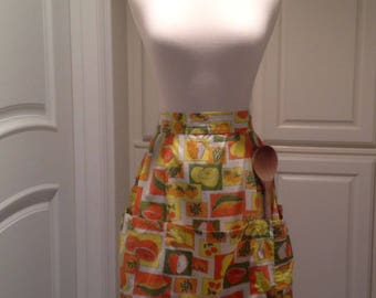 Vintage apron with 3 pockets / orange, yellow and green fruit pattern / 1970s kitchen apron / half apron / cooks apron / hostess gift