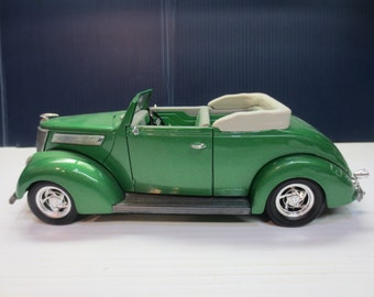 Road Legends 1937 Ford Convertible 1:18 Scale Top Down