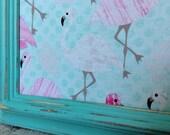 Babillard aimanté recouvert tissu de flamands roses organisation mémo photos décor mural tableau d'affichage à aimants chambre fille mint