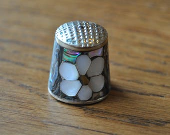Vintage thimble - Mother of pearl inlay - Flower - Floral - Silver tone