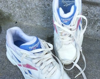 Size US 7.5 UK 5 EUR 38 vintage Reebok Walk sneakers in white leather with pink and blue trim