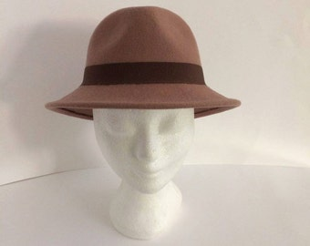 Model Charlie: handmade hat, made of beige wool felt