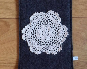 Tablethülle made of grey felt