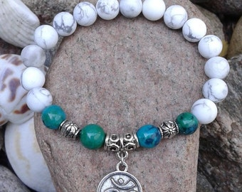 65) Bracelet en howlite et azurite et agrémenté d'une breloque du mantra OM