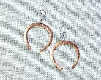 OLIVE and GREEN Simple Horseshoe Earrings Hammered Copper Silver-Plated Wire Geometric Teardrop Hoop Handmade Hand-made OLIVEandGREEN