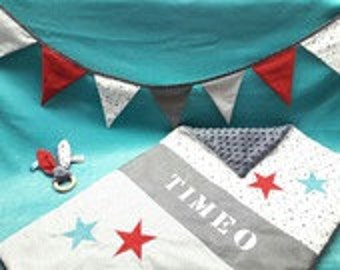 baby gift box: cover, pennants, customizable rattle on command