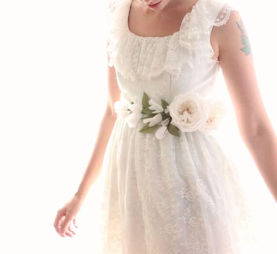 Bridal floral sash, White flower belt, Whimsical wedding sash, Unique boho flower belt, White rose tie on sash