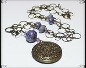 Handgemachte Halskette, Perlen, Lampwork, Kristall, Messing antik, Lavendel, blau, grün, Handwerker, Lampwork Kette, Blüte, Blatt, Blätter, Medaillon
