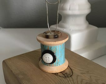 Vintage Wood Spool - Photo Holder - Memo Holder - Recipe Holder - Place Card Holder - Shabby Chic - Farmhouse - Wooden Spools