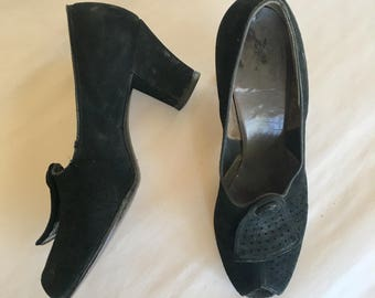 vintage 1940s shoes- BELL suede peep toe pumps / sz 8.5