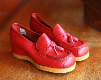 vintage 1970s shoes / 70s red leather wedge loafers / size 5.5