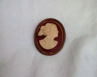 Vintage Cellulod Cameo on an oval etched border