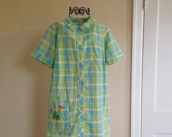 Vintage Housedress in Spring Green and Lemon Yellow Pockets Embellished with Embroidered Flowers.  Short Cuff Sleeves and White Snaps