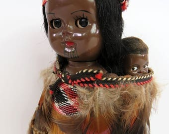 Vintage 60s tiki Maori mother and baby souvenir doll - New Zealand traditional clothing feather and grass