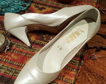 vintage 80's 50's inspired pearl white pumps metal heel tips kitten heel size AUS 6B  wedding deb ball mad men