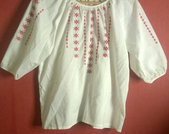 Vintage 70s Blouse white embroidered top VINTAGE 1970s TOP White red Shortsleeve Folklore Womens top S M