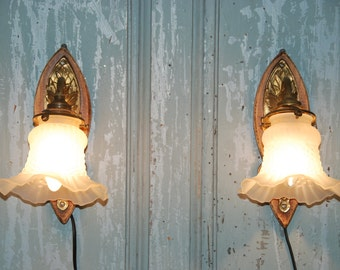 French vintage pair of wall sconces, brass on wood with traditional style tulipe opaque glass shades. Good vintage condition, decorative .