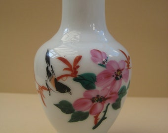Vintage Small porcelain Oriental Chinese Vase, hand painted