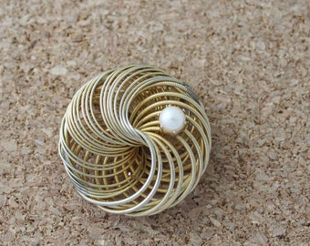 Vintage Gold tone brooch with faux pearl - B154