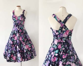1980s does 1950s purple and pink floral sundress / sweetheart neck criss cross back full skirt / 1950s style fit & flare / extra small XS S