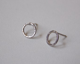 Hammered circle ear stud made of silver